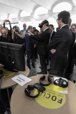 El President de la Generalitat probando las gafas de realidad virtual de Utopic Estudios