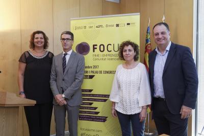 La directora general d'IVACE, Júlia Company, amb Patricia Puerta, Salvador Aguilella i Justo Vellón.