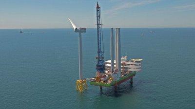 Instalación de un aerogenerador en el parque eólico marino de East Anglia One, desarrollado por Iberdrola. / M. G.